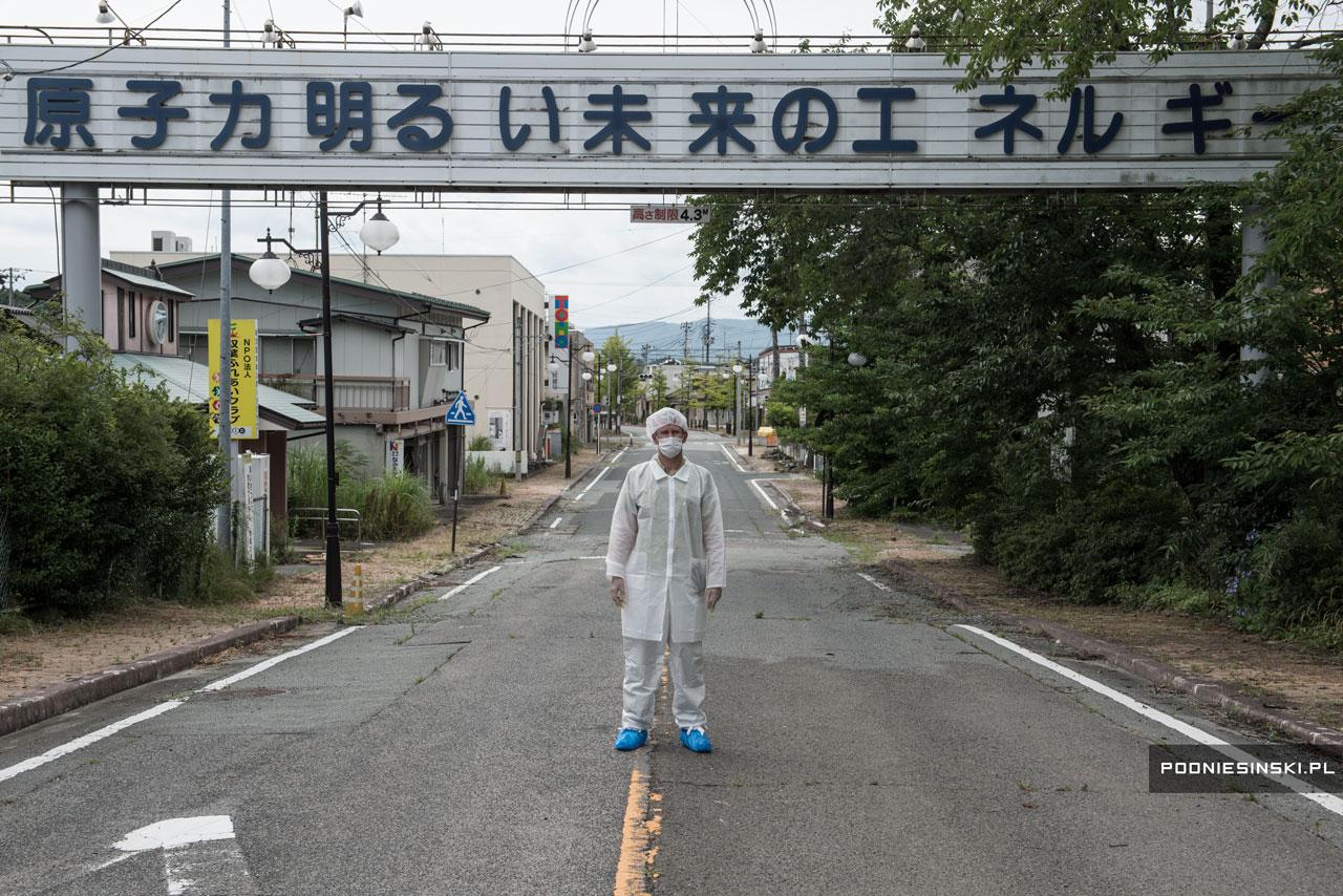 """Ironicamente, a mensagem no cartaz diz: """"Energia nuclear é a energia de um futuro brilhante"""""""
