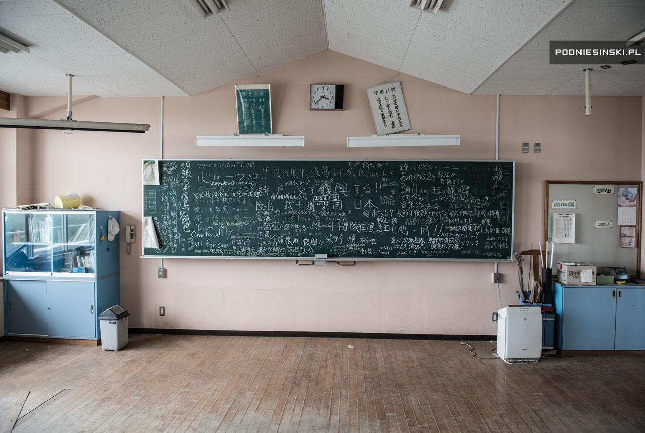 Quadro negro com diversas anotações em uma escola abandonada